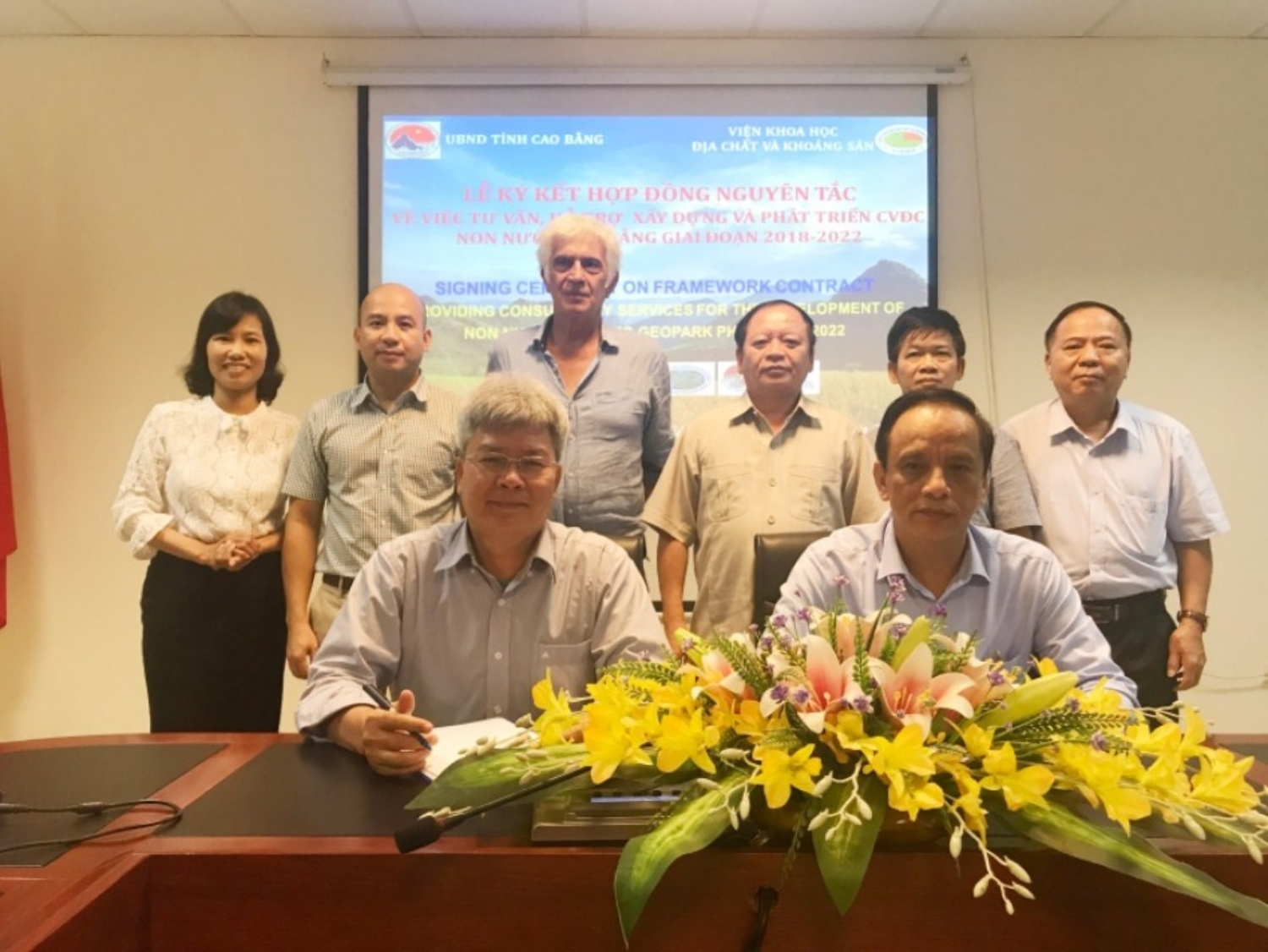 FRAMEWORK CONTRACT SIGNING CEREMONY BETWEEN CAO BANG PROVINCE AND VIETNAM INSTITUE OF GEOLOGY AND MINERAL RESOURCES.