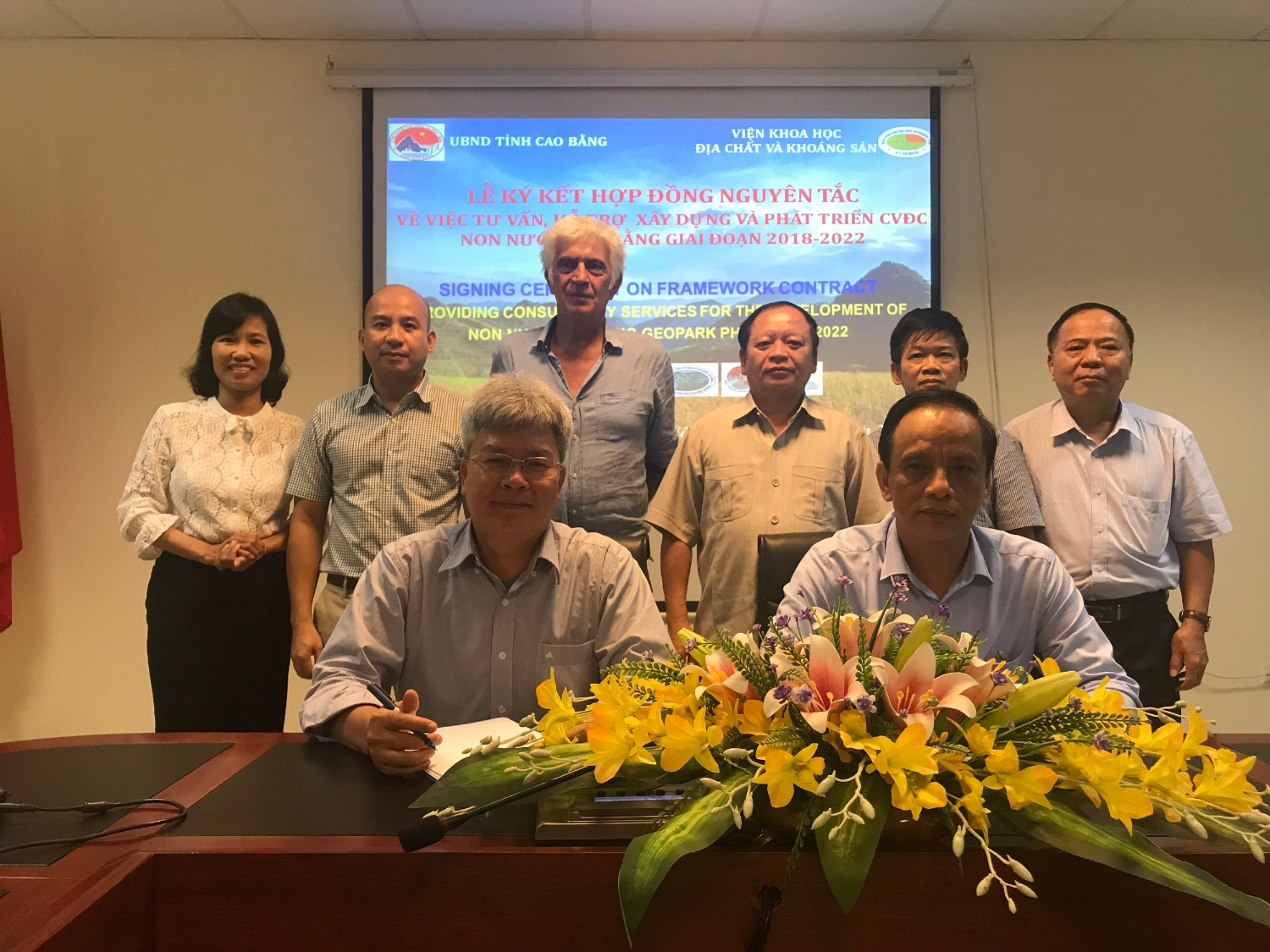 Framework signing ceremony between People's committee of Cao Bang province and Institute of Geology and Mineral resources.