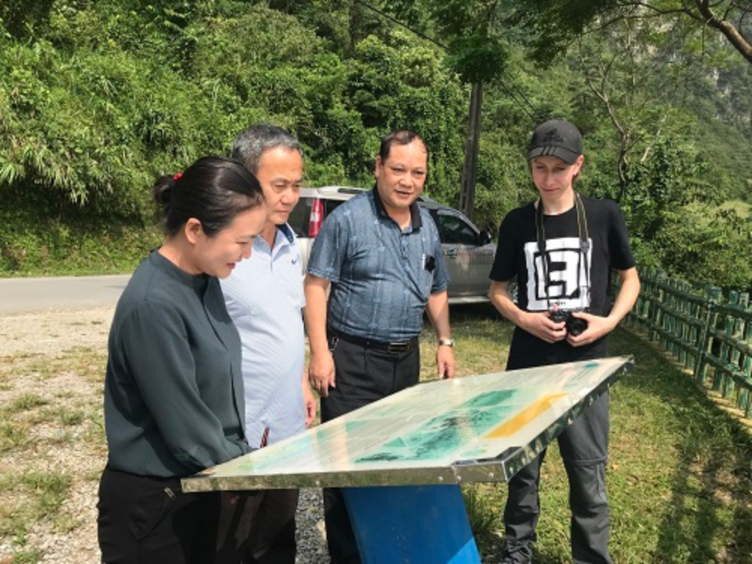 Management boar of Non nuoc Cao Bang UGGp cooperated with the Volunterr of NATCOM of Germany conducted field inspection on heritage sites
